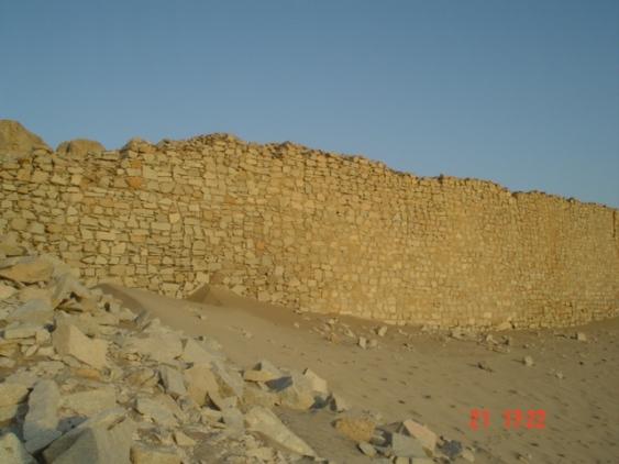 Detalle de muro de las construcciones al pie de los torreones