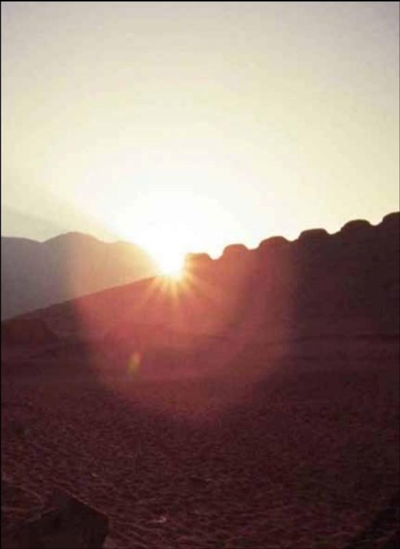 Precisión Astronómica: Fotografía de la salida del sol en el solsticio de junio, entre el cerro mucho malo y la torre 1, vista desde el punto de observación oeste