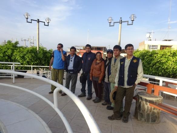 De izquierda a derecha: Edmundo (Rodo), Ronald, Javier, Vianca, Juan, Dany y Steven. Plaza de armas de Jimbe