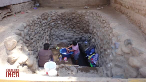 Señoras lavando su ropa en una de las chimeneas de uno de los acueductos que cruzan Nasca