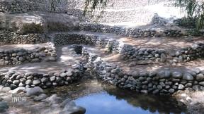 Son tres entradas de agua que llevan a un canal para el uso de la población.