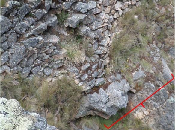 Figura 40. Afloramiento de roca utilizado como base para levantar los muros.