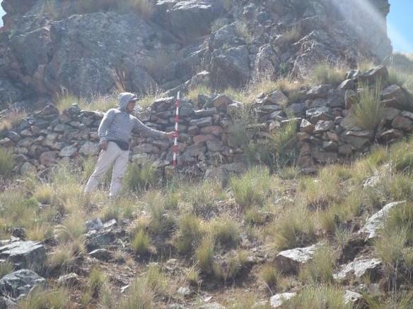 Primer terraplén registrado en la zona de acantilados. Vista en escala. El jalón mide 1m