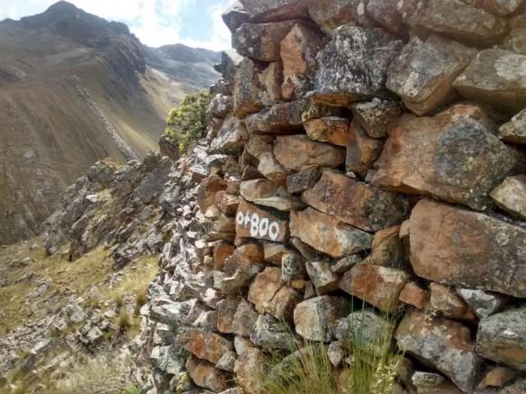 Figura 26: Progresiva grabada en piedra de la cara externa del muro de contención del canal.