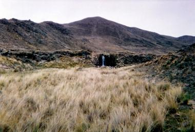 Año 2003, el imponente muro de la presa se muestra solo. EL chorro de agua brilla a lo lejos