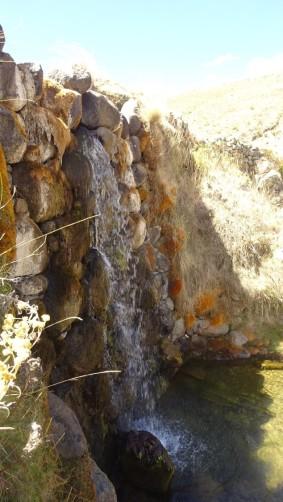 En la parte central esta esta caída de agua, es probable que la presa haya trabajado de diferente forma en sus inicios. El lugar no es una laguna propiamente dicha, sino un humedal que capta las aguas de la cordillera