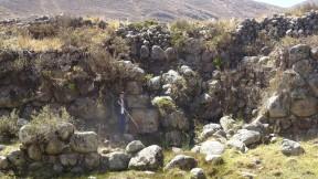 Una abertura en el muro, que puede haber sido donde se ubicaba la compuerta de salida del agua
