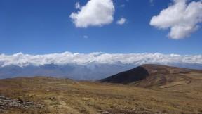 Línea divisoria de aguas, a 4,435 msnm. Al fondo la Cordillera Blanca con sus imponentes nevados