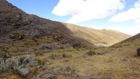 """Se aprecia en esta imagen en primer plano parte de Ricococha 2 y al fondo la presa Ricococha """"moderna"""""""