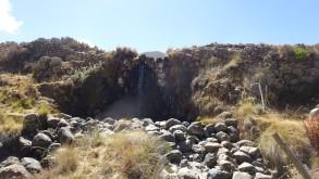 Una hermosa vista frontal de la presa Collpa