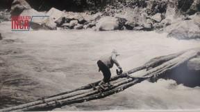 Melchor Arteaga, residente de Mandor Pampa y guía de Bingham, cruzando el río Vilcanota usando el puente de palos en la mañana de 24 de julio de 1911. Después de tomar esta fotografía, Bingham cruzó el mismo puente (Foto: Hiram Bingham)