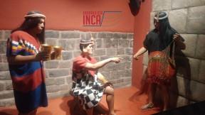 El Sapa Inca, recibe a un oficial que sostiene un quipu.
