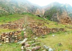 Ñaupa Iglesia rodeado de andenes, en la parte superior una gran roca con una forma especial...
