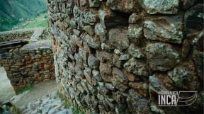 Estas consisten en hendiduras talladas en la piedra con el fin de agarrarse y subir o bajar con facilidad. Probablemente lo hicieron pensando en la carga que circulaba por estas colcas.