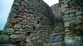 Escalinata en una de las Colcas de Pisac, con un inclinación considerable, nótese las piedras sobresalidas en el cuerpo del muro