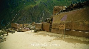 Lugar del Templo del Sol, quedó a medio construir, se aprecia las piedras que estaban en proceso de tallado