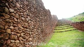 Muro preinca en Pikillacta de hasta 12 m de altura. Camino Inca con sus respectivos descansos