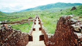 Es impresionante el muro que circula toda esta ciudadela. Según la historia de Pkillacta, los Wari cerraron sus puertas de ingreso y salieron como si fueran a regresar posteriormente