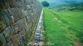 Canales en piedra construidos hace siglos que siguen conduciendo una agua sagrada